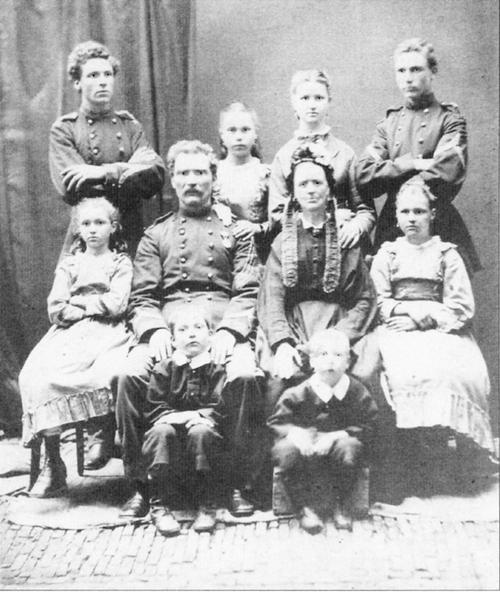 Reijs sr. met echtgenote Guurtje de Vries en 8 kinderen (1874). Links achter J.H. Reijs jr.